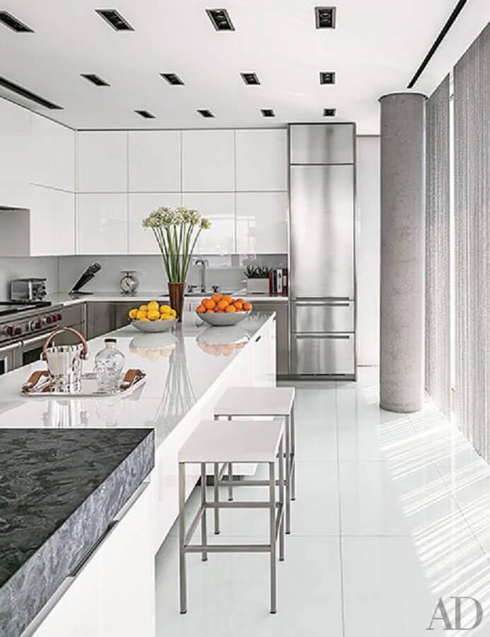 decoração clean com armário de cozinha planejado branco Foto Architectural Digest