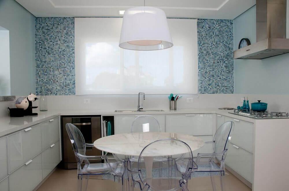 decoração clean com armário de cozinha planejado branco e cadeiras de acrílico transparente Foto Juliana Pippi