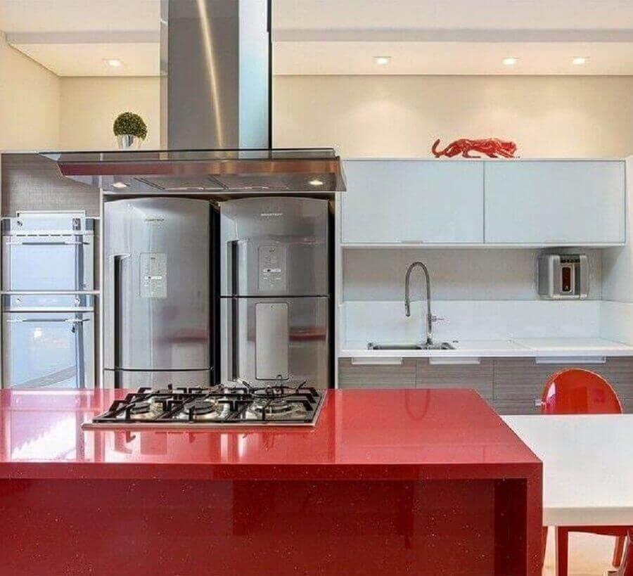decoração clean com armário planejado de cozinha com ilha vermelho Foto Fernanda Marchette Arquiteta