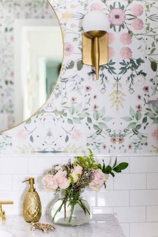 decoração clean para banheiro com papel de parede com flores Foto Pinterest