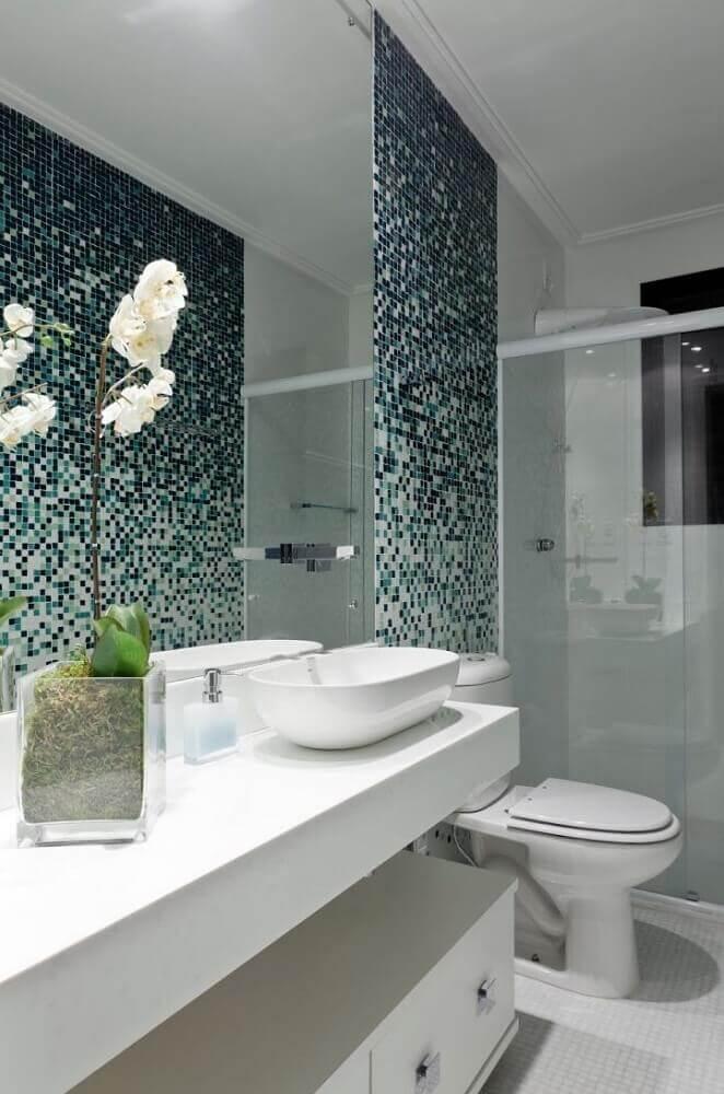 decoração clean para banheiro com pastilha de vidro Foto Pinterest