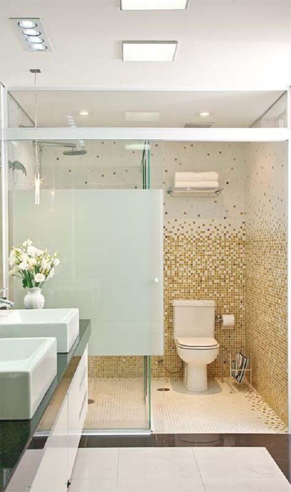 decoração clean para banheiro com pastilha dourada e branca Foto Pinterest