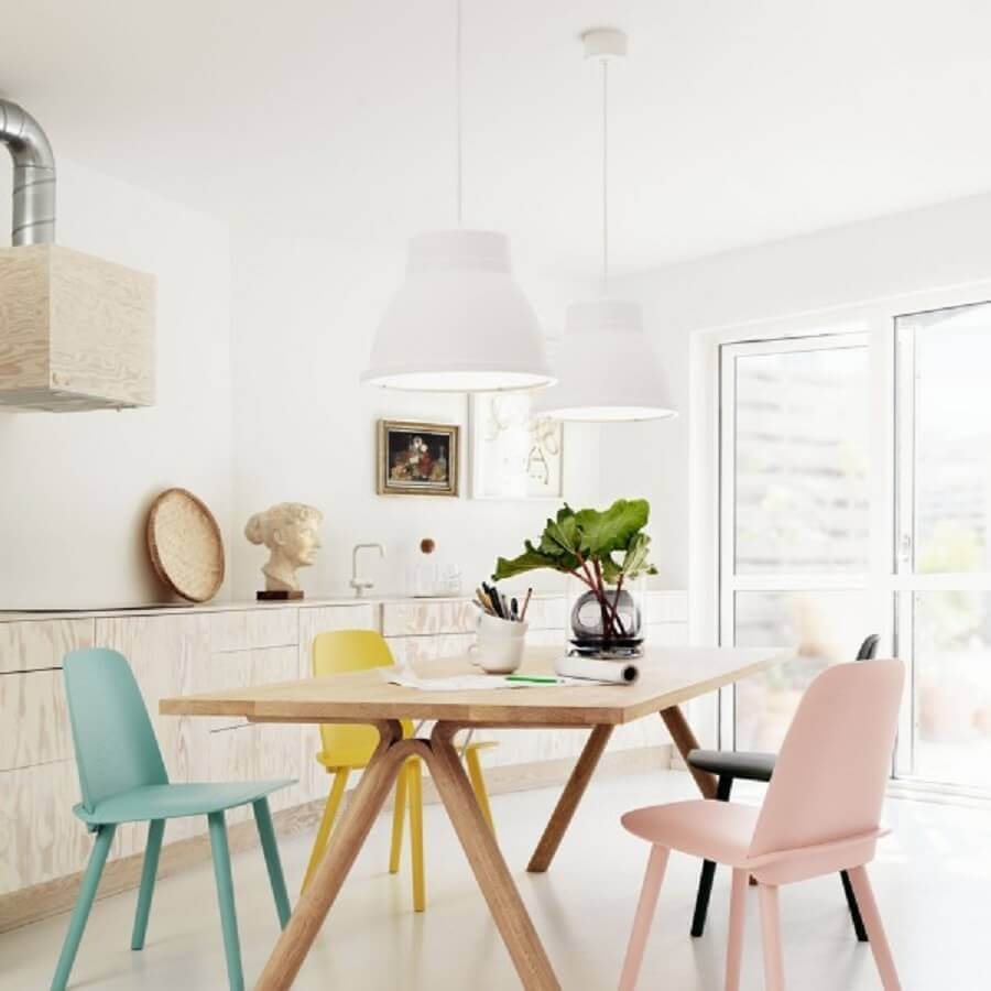 decoração clean para sala de jantar moderna com cadeiras coloridas em tom pastel Foto Nicholas C Johnson