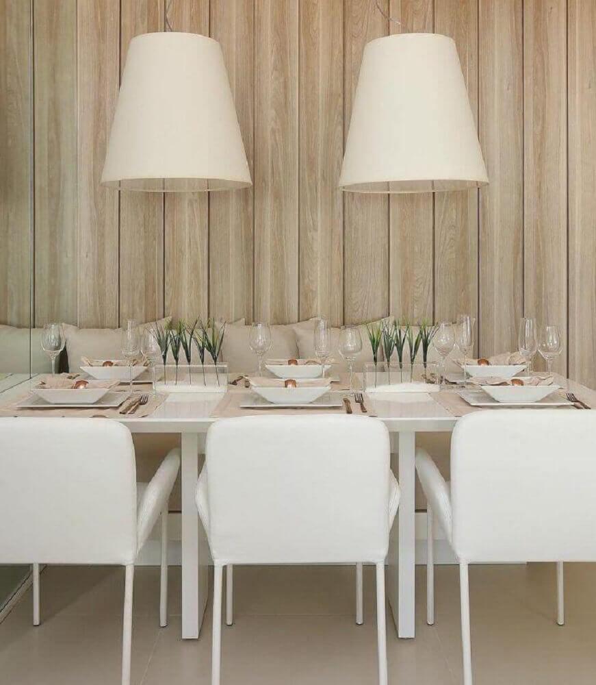 decoração clean para sala de jantar moderna com dois grandes pendentes brancos sobre a mesa Foto Mariana Orsi