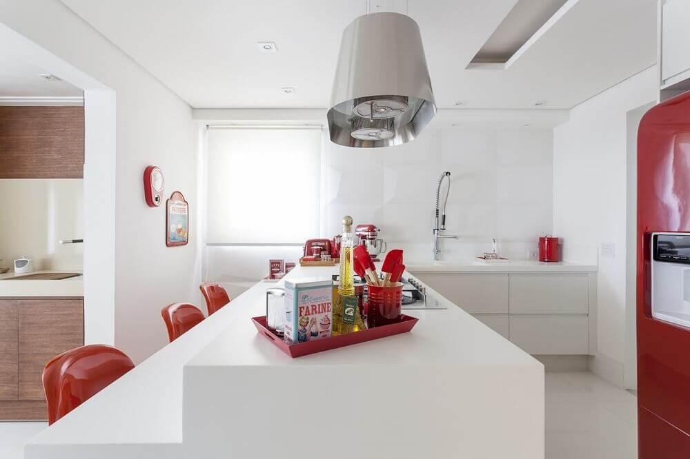 decoração com armário de cozinha planejado branco e geladeira com cadeiras vermelhas Foto Mariana Luccisano