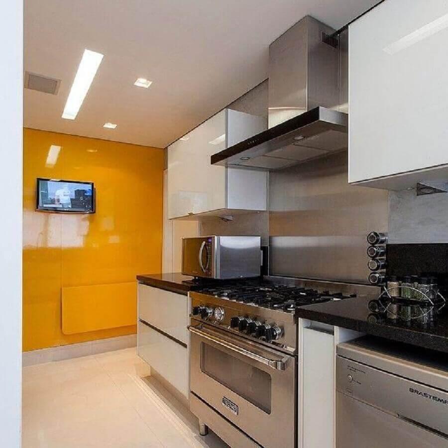 decoração com armário de cozinha planejado branco e inox Foto GF Projetos