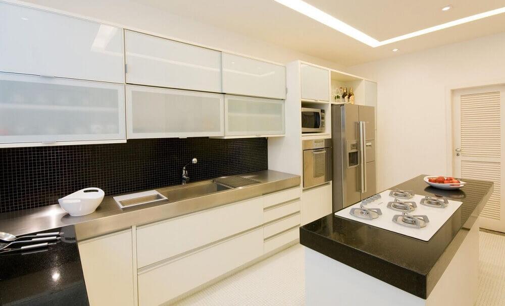 decoração com armário de cozinha planejado branco e pastilhas pretas Foto Letícia Araujo