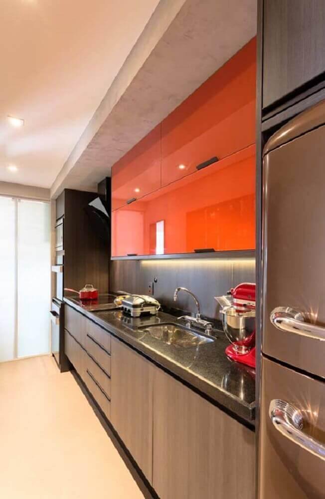 decoração com armário planejado para cozinha pequena em tons de marrom e laranja Foto Leather Finish