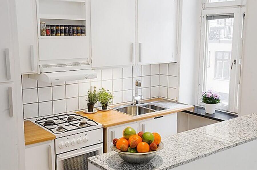 decoração com armários branco para cozinha planejada pequena com balcão Foto Country Living