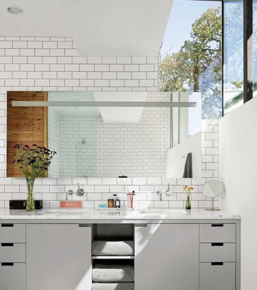 decoração com armário planejado para banheiro e azulejo branco Foto Aaron Guides