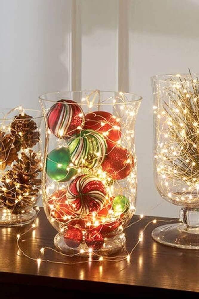 decoração com arranjos de natal feitos com bolas pinhas e luzinhas pisca pisca Foto Centerpiece Inspiration