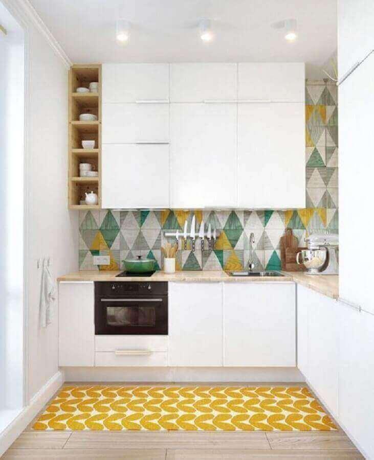 decoração com azulejo colorido e tapete amarelo para cozinha planeja pequena com armários brancos Foto Bricolage Maison et décoration