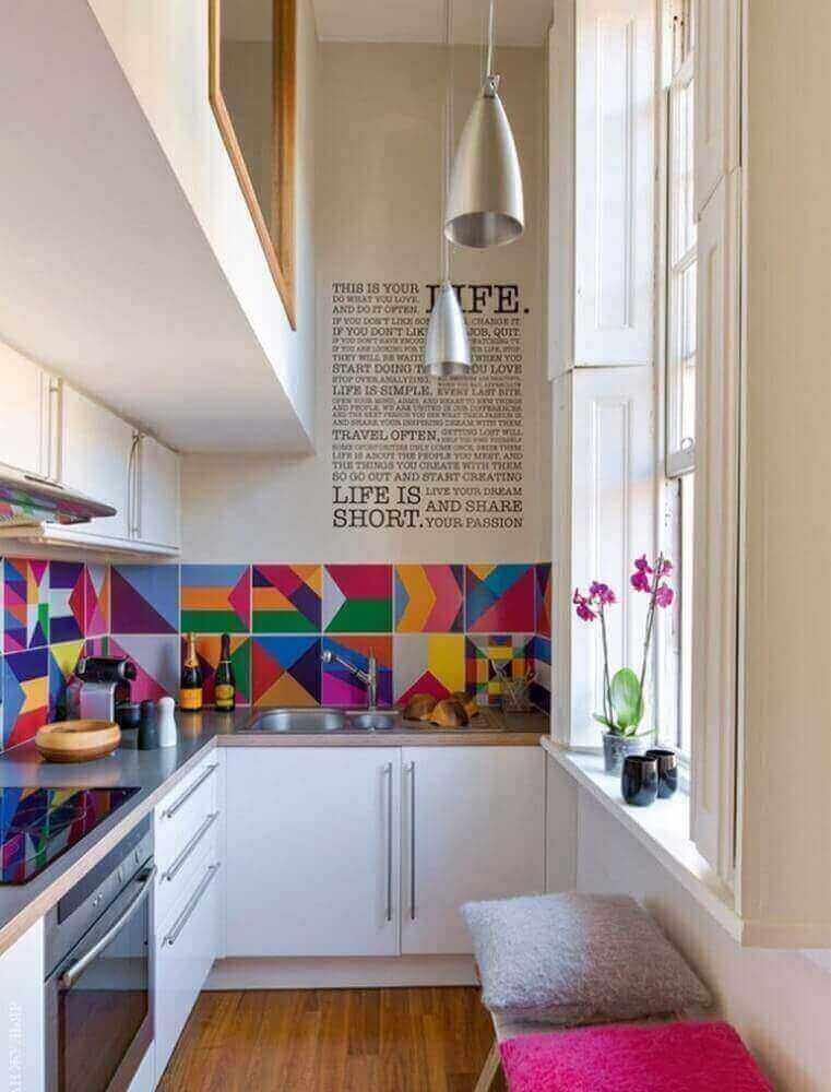 decoração com azulejo colorido para cozinha pequena com armário planejado branco Foto Ritely
