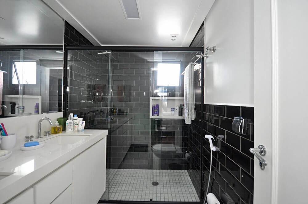 decoração com azulejo preto para banheiro planejado moderno Foto Condecorar Arquitetura e Interiores