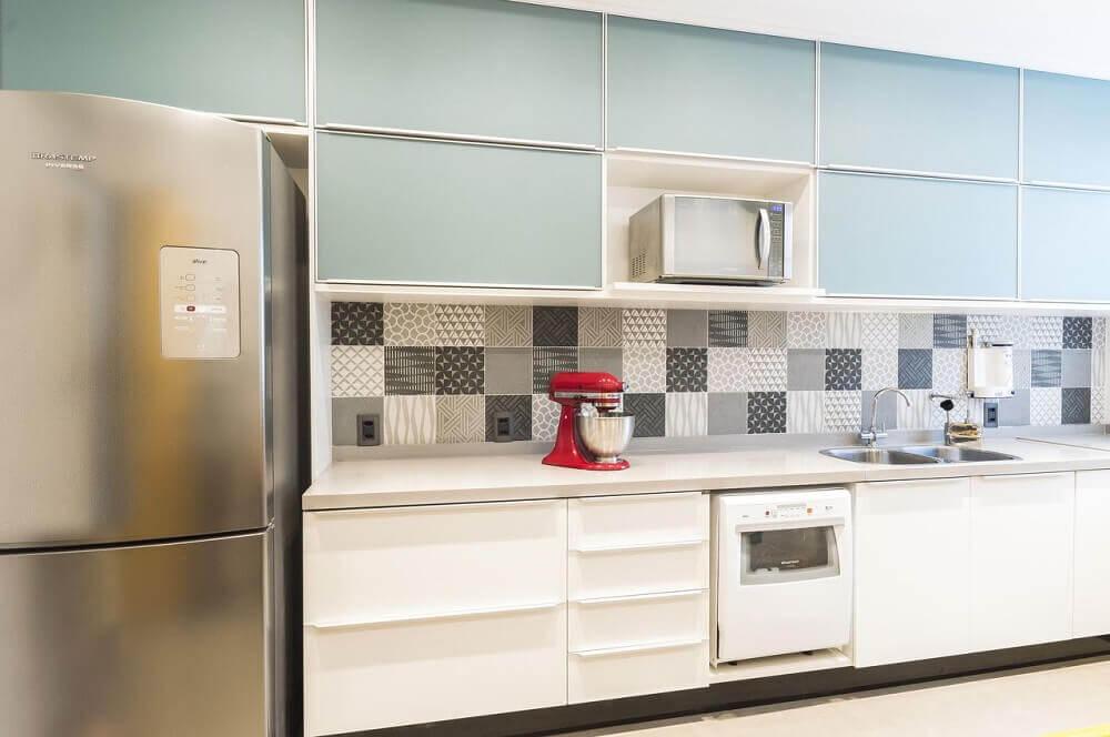 decoração com azulejos decorativos e armário de cozinha planejado branco Foto Vitral Arquitetura