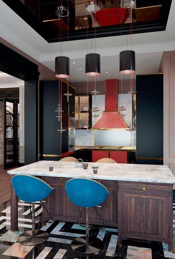 decoração com banquetas azuis para cozinha com armários pretos e detalhes em vermelho