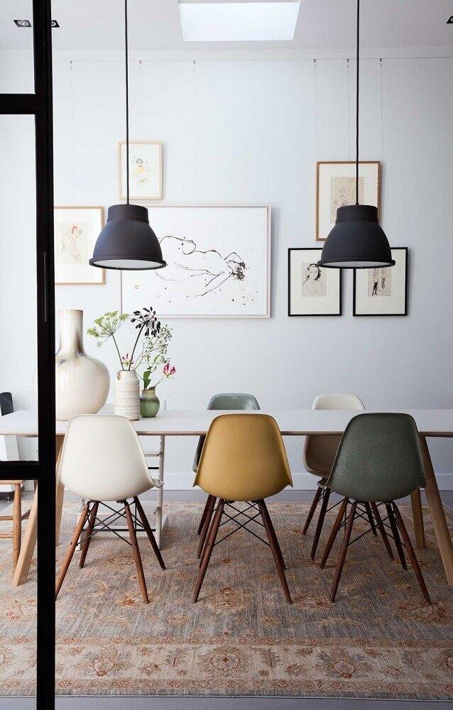 decoração com cadeiras coloridas e pendente preto para sala de jantar moderna Foto Trentotto