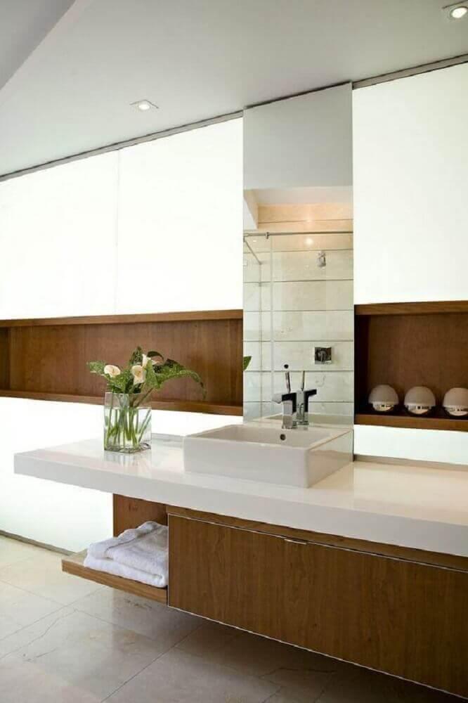 decoração com detalhes em madeira para banheiro planejado moderno Foto Archilovers