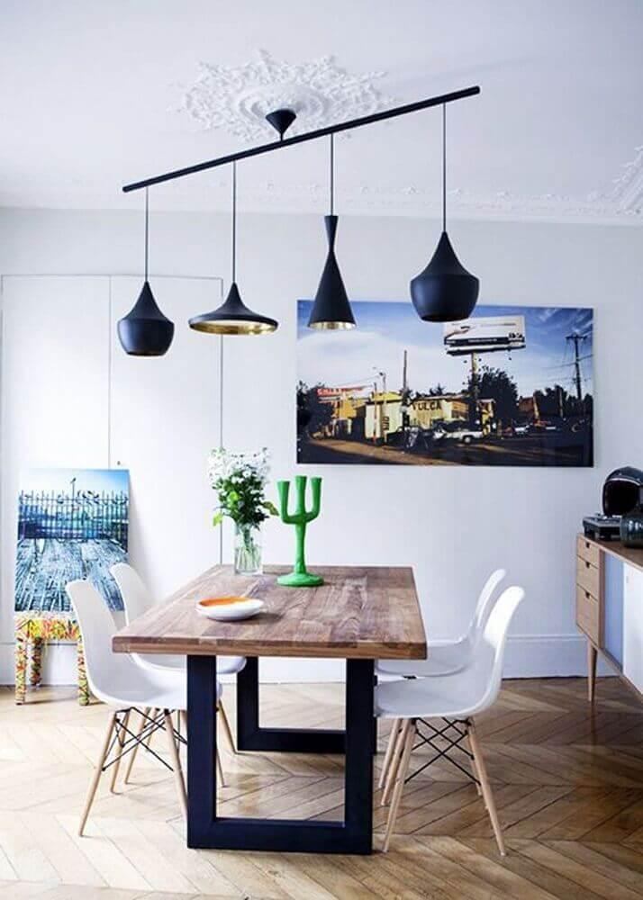decoração com modelo diferente de pendente para sala de jantar moderna com mesa de madeira e cadeiras brancas Foto Traits D'co