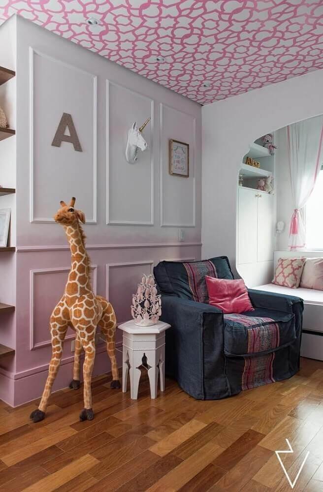 decoração com moldura de parede para quarto de bebê com papel de parede no teto Foto Estúdio Uvva