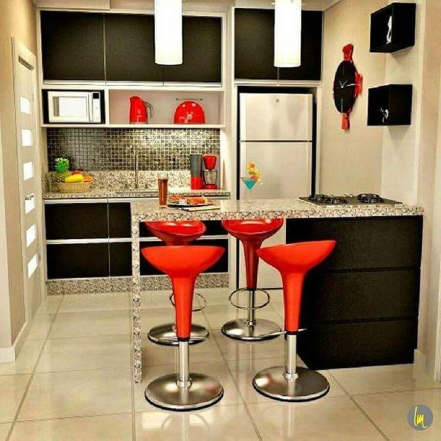 decoração com pastilhas para cozinha planejada pequena com cooktop instalado no balcão com banquetas vermelhas Foto Lamegomancini Arquitetura