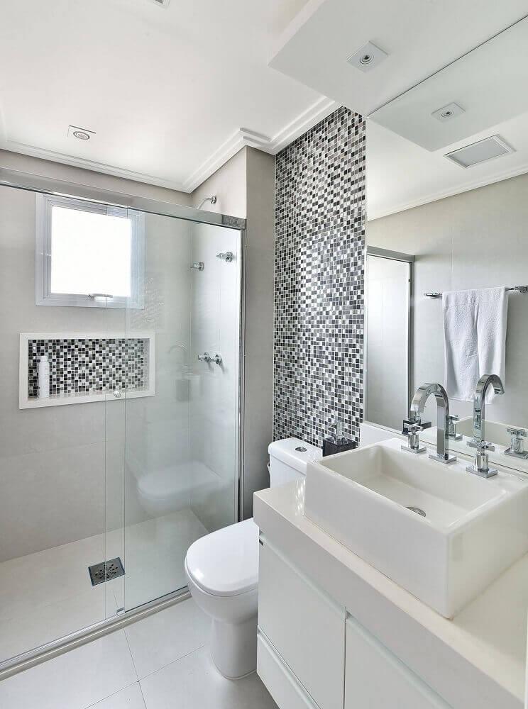decoração com pastilhas preto e branca para banheiro pequeno planejado com armário branco Foto Tetriz Arquitetura e Interiores