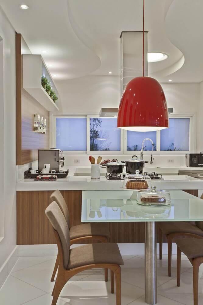 decoração com pendente vermelho para cozinha integrada com sala de jantar Foto Aaron Guides