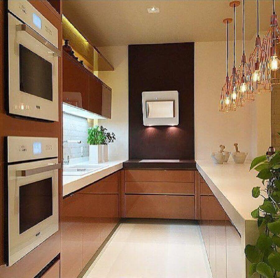 decoração com pendentes de armário marrom para cozinha planejada pequena com balcão Foto Romero Duarte & Arquitetos
