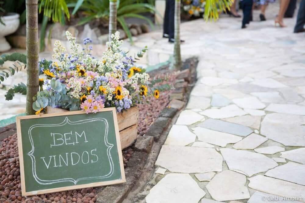 decoração com plaquinha de festa e arranjos de flores Foto Leather Finish
