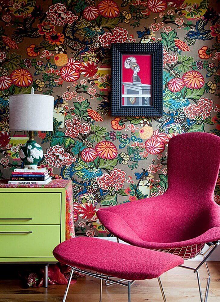 decoração com poltrona pink e papel de parede com flores coloridas Foto Yandex