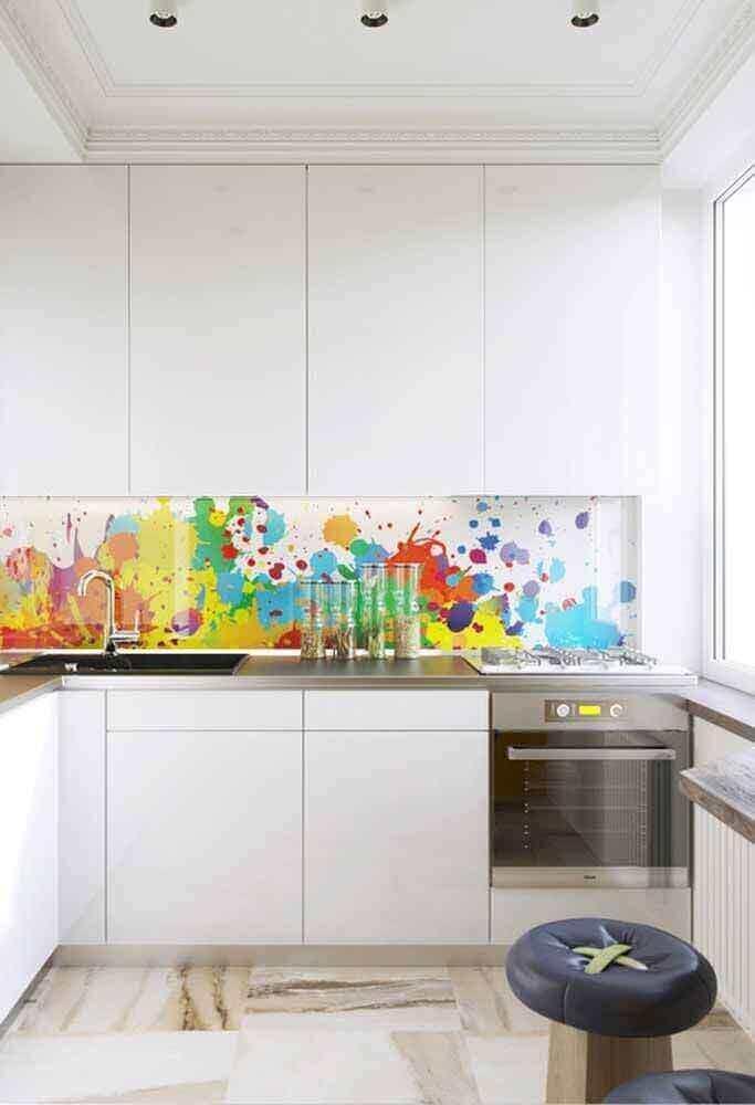 decoração com porcelanato líquido colorido e armário de cozinha planejado branco Foto Pinterest