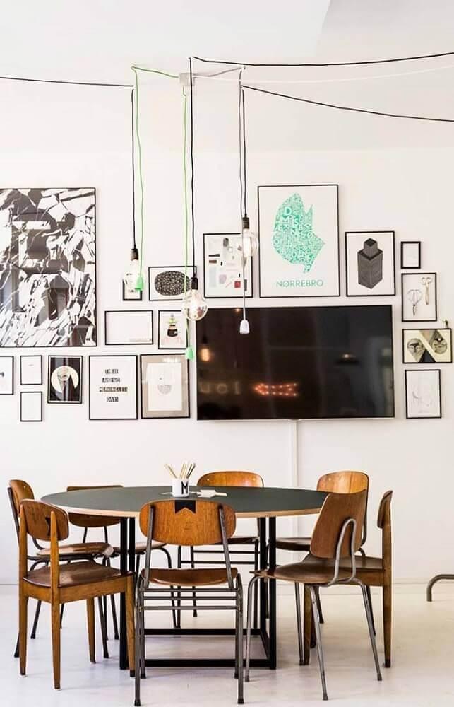 decoração com quadros e pendentes para sala de jantar moderna Foto The Holk