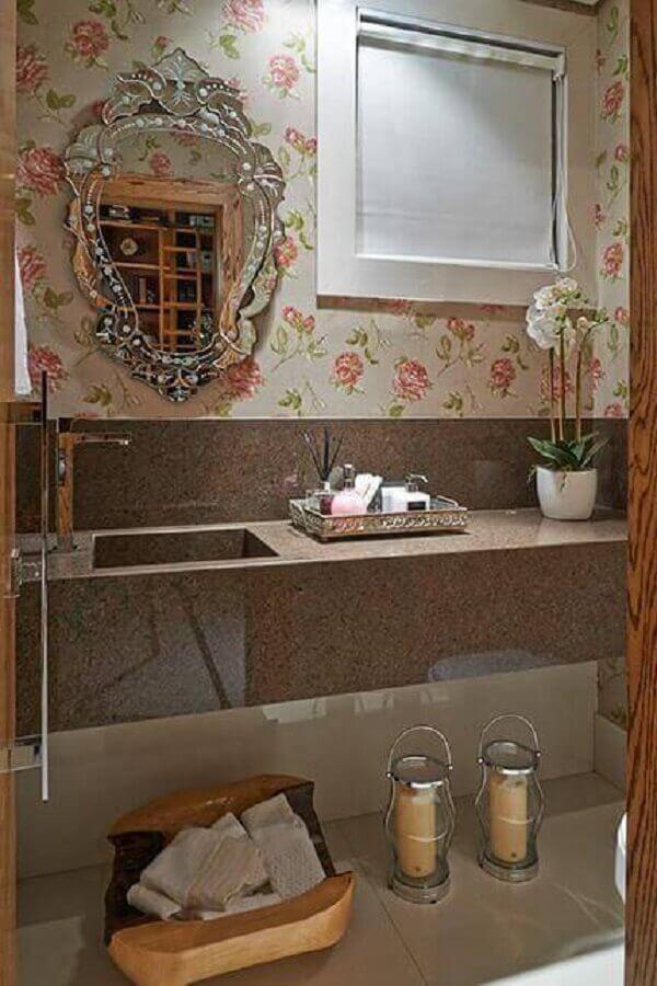 decoração de banheiro com espelho provençal e papel de parede floral romântico Foto Belosares
