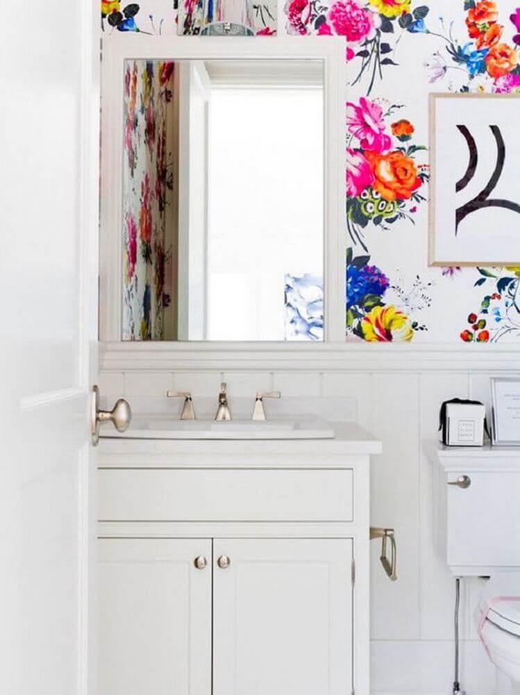 decoração de banheiro com papel de parede com flores coloridas Foto The Green Station