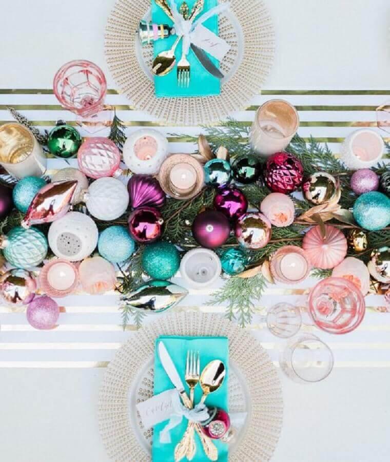 decoração de ceia com arranjos de mesa de natal com bolas coloridas Foto Pinterest