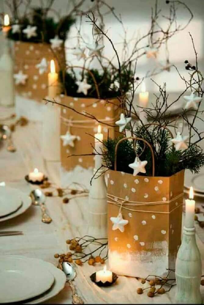 decoração de ceia com arranjos de natal feitos em sacos de papel Foto Géraldine Asselin