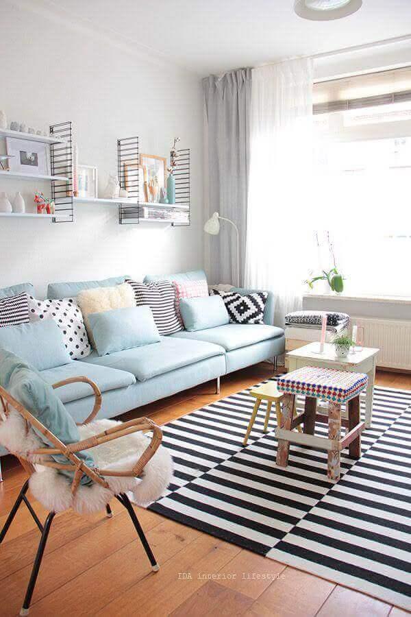 decoração de sala clean com sofá azul pastel Foto Apartment Therapy