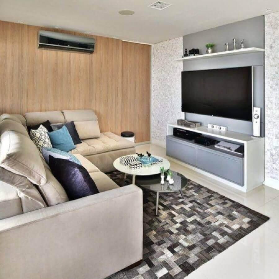decoração de sala com sofá de canto e tapete quadriculado Foto Mikaelian Freitas Arquitetura