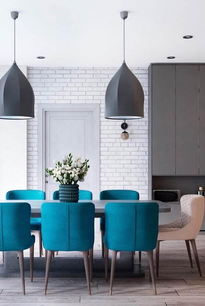 decoração de sala de jantar moderna com cadeiras azuis e pendentes cinza Foto Pinterest