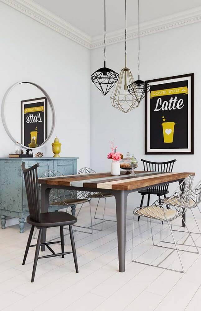 decoração de sala de jantar moderna com pendentes diferentes e cadeiras de aramado Foto Pinterest