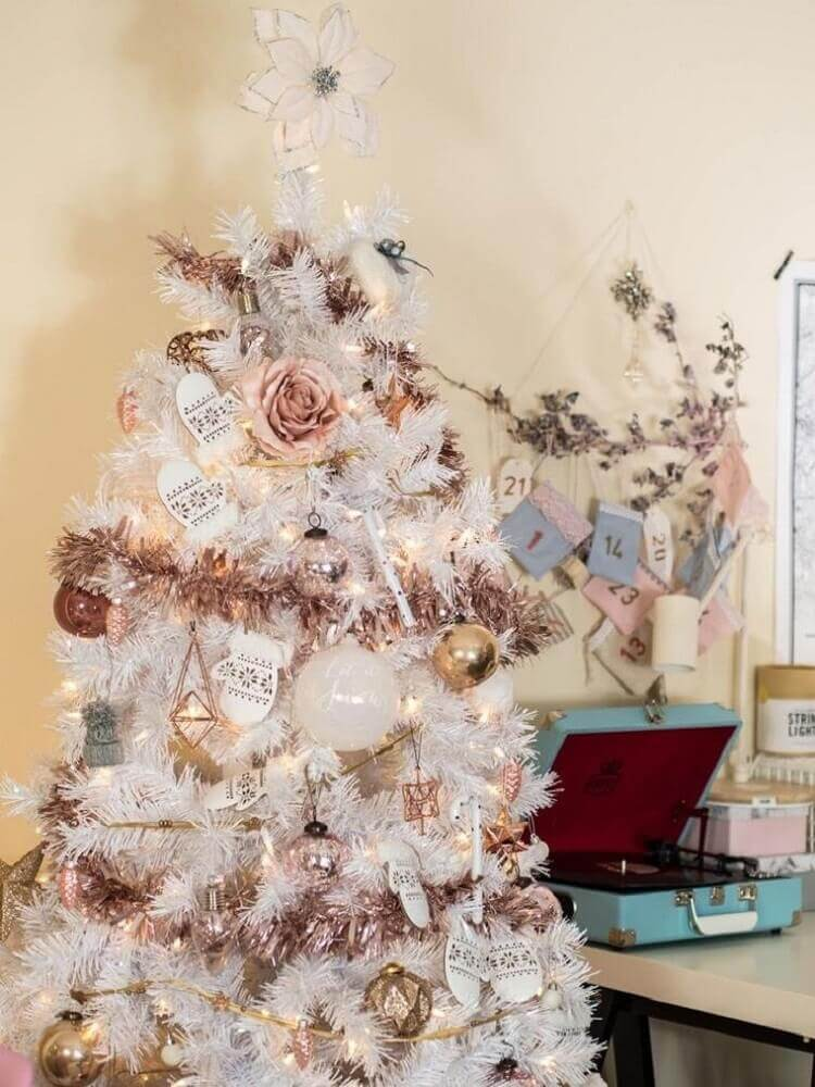 delicate decoration with white Christmas tree with rose items Foto Rhyme