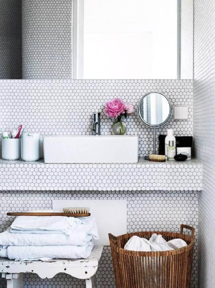 decoração delicada para banheiro com pastilha branca em formato hexagonal Foto Berenice Big