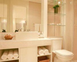 decoração em tons de bege para banheiro planejado moderno com prateleiras de vidro  Foto Pinterest