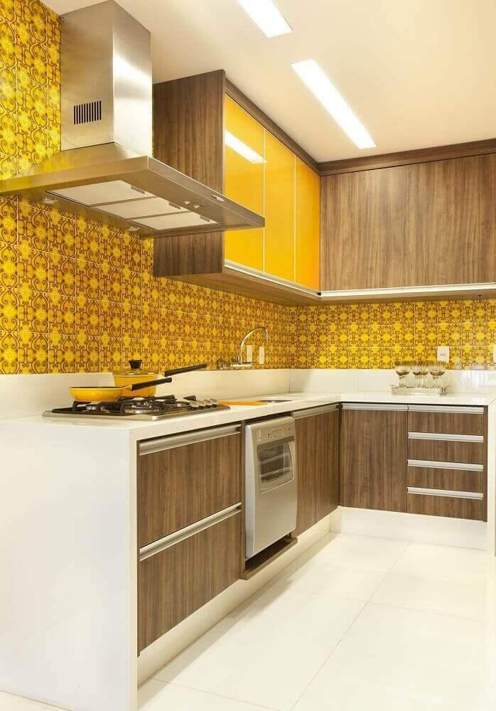 decoração em tons de branco e amarelo com armário de cozinha planejado Foto Revista VD