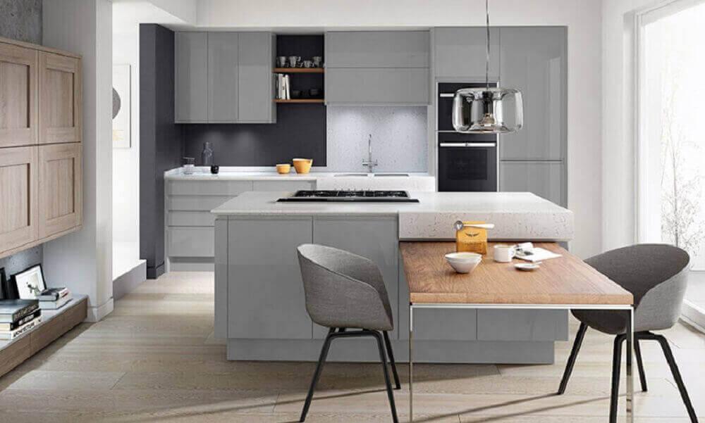 decoração em tons de cinza para cozinha integrada com sala de jantar com mesa de madeira junto a ilha Foto Home Care Exteriors