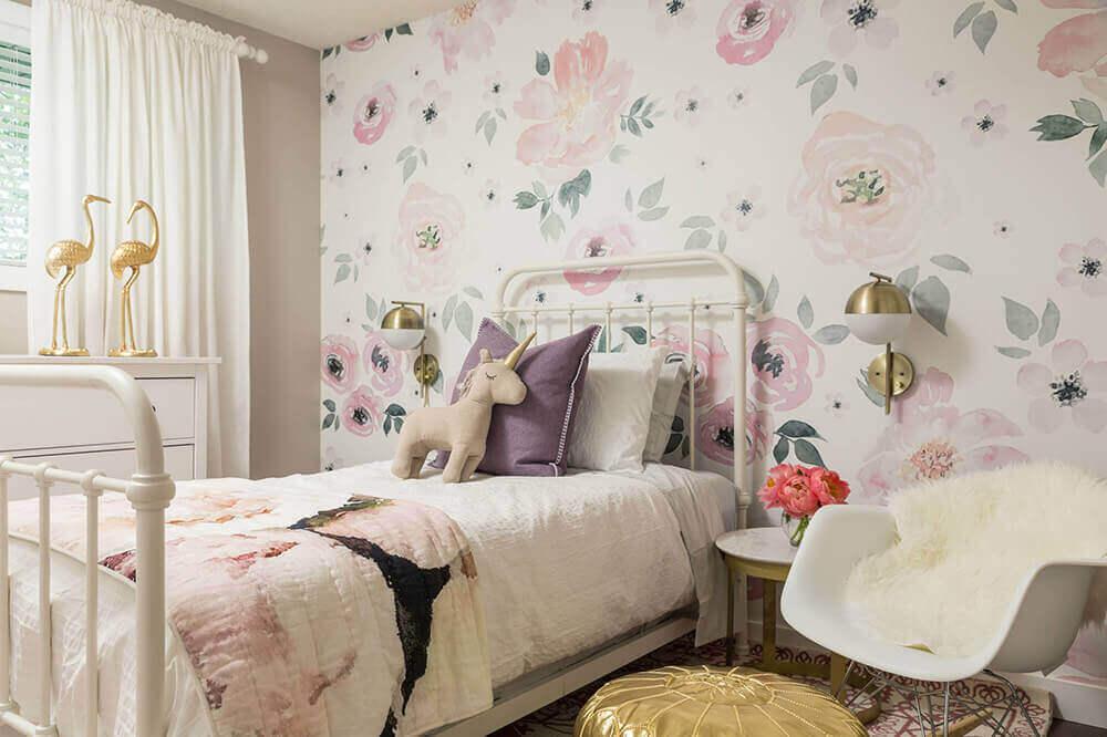 decoração em tons neutros com papel de parede floral para quarto de solteiro Foto TopDizz
