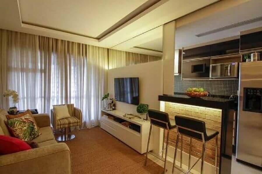 decoração em tons neutros com parede espelhada para cozinha americana com sala Foto Site de Beleza e Moda