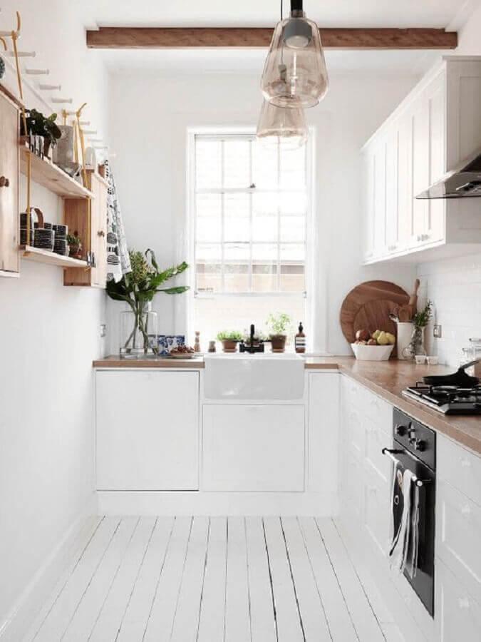 decoração estilo escandinava para cozinha planejada pequena com balcão e prateleiras de madeira Foto Dekorella