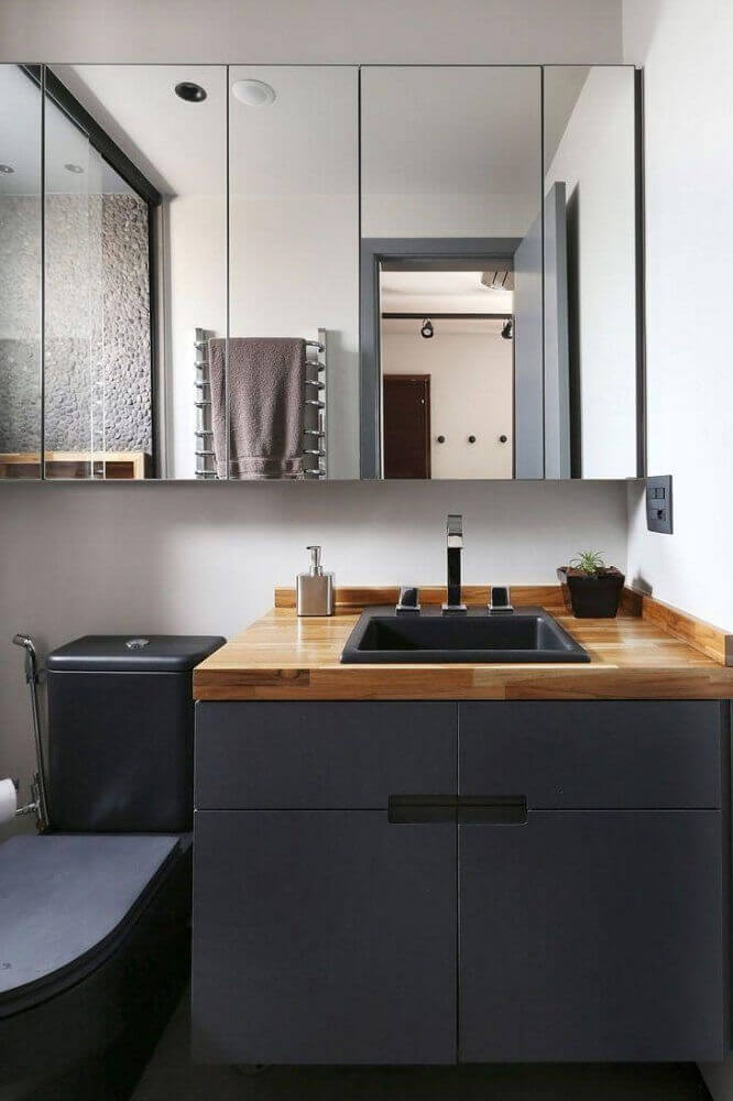 decoração moderna com armário de banheiro planejado preto com bancada de madeira Foto Mandril Arquitetura e Design