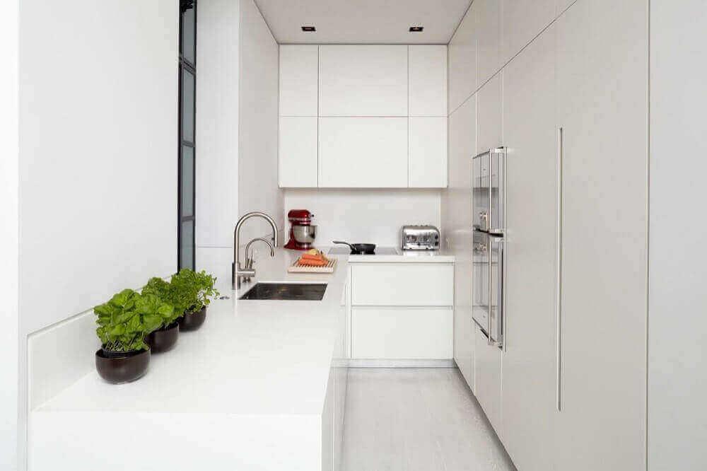 decoração moderna com armário de cozinha planejado branco Foto Encio